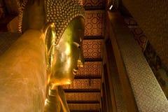 菩萨金黄斜倚的雕象泰国 免版税库存图片