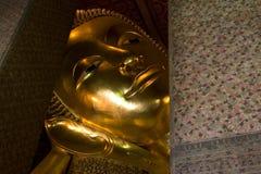 菩萨金黄斜倚的雕象泰国 免版税库存照片