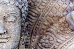菩萨雕塑和七朝向龙 库存图片