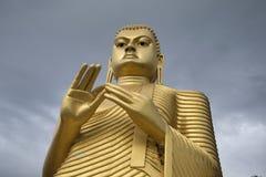 菩萨雕塑多云天空背景的  斯里南卡 免版税库存照片