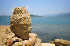 菩萨雕象。 Wat saam prasob,凹下去的寺庙。 免版税库存图片