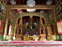 菩萨雕象人对信念表示尊敬在chaingmai,泰国 库存图片