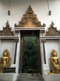 菩萨雕象前门,泰国 库存照片