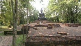 菩萨雕象和古庙在泰国 库存照片