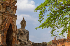 菩萨雕象和古老废墟 库存图片
