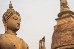 菩萨雕象和塔Sukhothai 免版税库存照片
