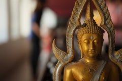 菩萨雕象和捐赠硬币 免版税库存图片