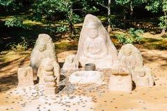 菩萨雕象和硬币在鹿苑寺寺庙,金黄亭子在京都日本 库存图片