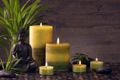 菩萨雕象和蜡烛 免版税库存照片