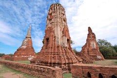 菩萨雕象和stupa在Wat Mahathat、考古学站点和人工制品 免版税库存照片