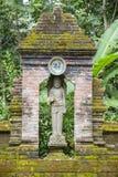 菩萨雕象在佛教徒修道院,海岛巴厘岛,印度尼西亚里 免版税库存图片