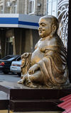 菩萨雕象在城市 免版税图库摄影