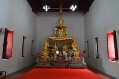 菩萨雕象在教会里 库存图片