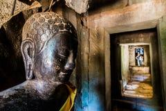 菩萨雕象在走廊 库存图片