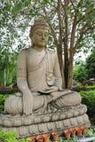 菩萨雕象在bodhi树下 图库摄影