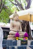 菩萨雕象在Wat Chonprathan Rangsarit庭院里  免版税图库摄影