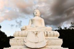 菩萨雕象是白色的 免版税库存图片