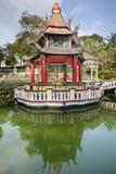 菩萨雕象法坛在湖的亭子 免版税图库摄影