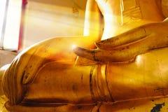 菩萨雕象的选择聚焦手在窗口附近的与星期天光 免版税库存图片