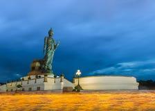 菩萨雕象蜡烛在被借的天点燃了在Phutthamonthon区, 库存图片