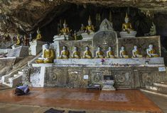 菩萨雕象行在神圣的Ya里面的Pyan洞在Hpa-An,缅甸缅甸 免版税库存照片