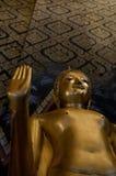 菩萨雕象金和手迷离 库存照片