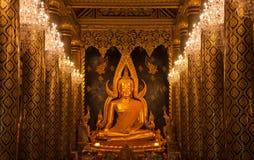 菩萨雕象金子和教会柱子 免版税库存照片