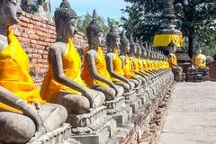 菩萨,泰国一定数量的雕象的远景  免版税图库摄影