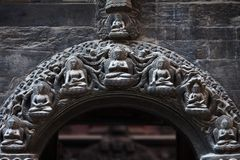 菩萨` s和在佛教临时雇员的石曲拱的菩萨 库存照片