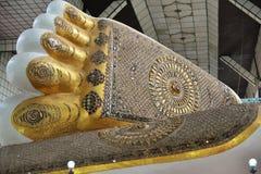 菩萨` s Chauk Htat Gyi斜倚的菩萨脚印刷品  图库摄影
