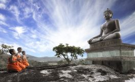 菩萨Day阁下或Vesak天,和尚prayin 库存照片