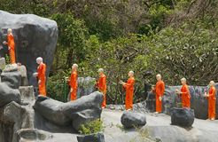 菩萨monkhs图在橙色礼服的 库存图片