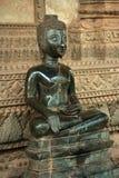 菩萨sittiing的雕象 库存图片