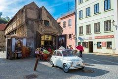 菲亚特500在捷克克鲁姆洛夫老街道停放了  cesky捷克krumlov中世纪老共和国城镇视图 免版税库存照片