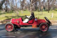 1911年菲亚特Tipo驾驶在乡下公路的1只蜘蛛 免版税库存照片