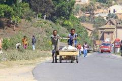 菲亚纳兰楚阿,马达加斯加, 2014年9月-未知的男孩运载 库存图片
