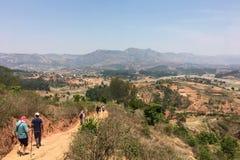 菲亚纳兰楚阿,马达加斯加:2017年10月-远足通过村庄和米领域在菲亚纳兰楚阿,马达加斯加 图库摄影