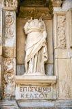 索菲娅智慧雕象在Celsus前面图书馆的, 免版税图库摄影