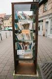 菲尔特,德国, 2016年12月28日:书 街道公立图书馆 教育在德国 生活方式 日常生活 免版税库存照片