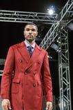 菲尼斯在谈的棍子手段2015年10月3日的时尚星期 设计师葛伦格子花呢披肩 免版税库存图片