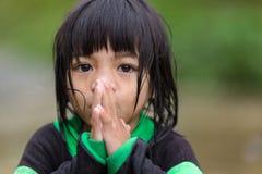 菲律宾女人小女孩祈祷 免版税图库摄影