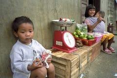 菲律宾姐妹出售水果和蔬菜 库存照片