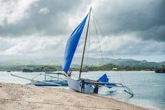 菲律宾小船在秀丽海滩附近的海在博拉凯海岛 图库摄影
