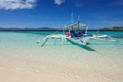 菲律宾小船在透明的水中 库存图片