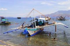 菲律宾渔船和孩子 库存照片