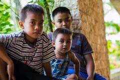 菲律宾男孩亚洲坐的观看的援助努力地震 免版税图库摄影