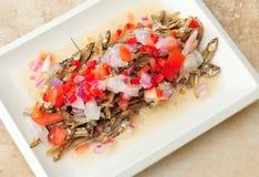 从菲律宾的食物, Dilis,干,油煎的鲥鱼沙拉 免版税库存图片
