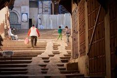 菲斯,摩洛哥- 2018年12月07日:使用在台阶的孩子在菲斯麦地那  免版税库存图片
