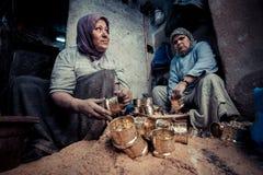 菲斯,摩洛哥, 2016年6月:传统商店在老市场上 Str 图库摄影
