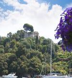 菲诺港是意大利渔村和度假村著名为它美丽如画的港口和历史协会与铈 免版税库存图片